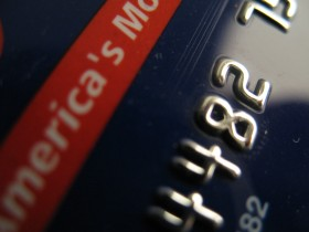 Retailers Push Banks to Issue 'Smart Cards'